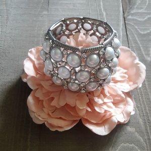 Pearl and rhinestone silver stretch bracklet